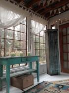 Woonkamer airbnb entree boomhut