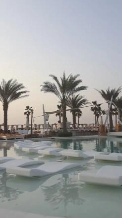 dubai zwembad palmbomen aan zee