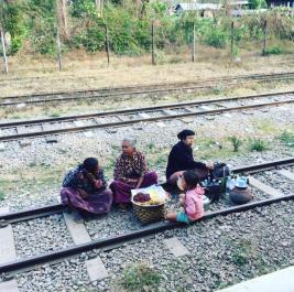 op de treinrails myanmar trein
