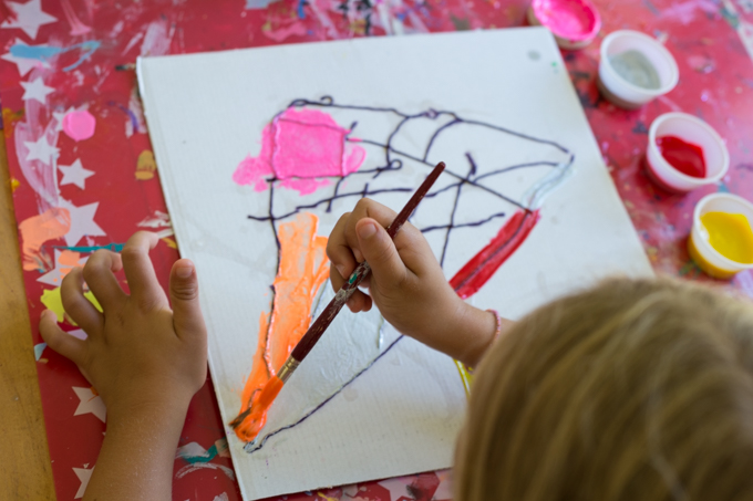 yarn painting with kids experimenting