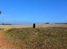 La stèle sur la colline