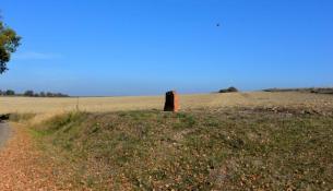 Stèle sur la colline entre Agland et Giverdy