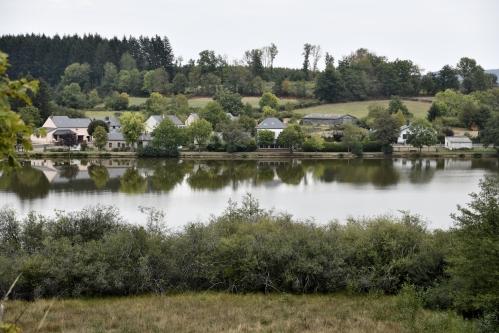 village et plan d'eau