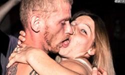 Femme et homme en train de s'embrasser