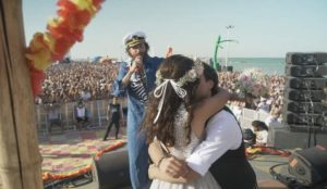 Si sposa a Jova Beach Party: Aledellagiusta gli organizza uno scherzo il giorno prima del matrimonio – Video