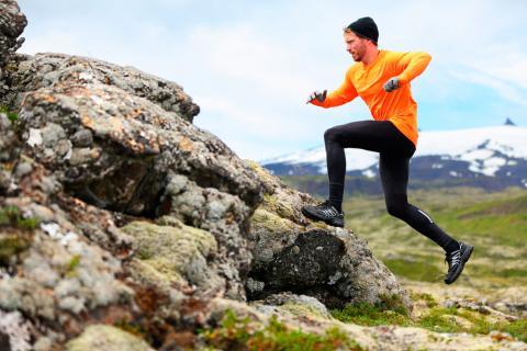 Un hombre sube corriendo a una roca