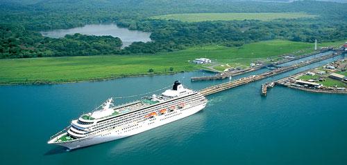 Navire de croisière franchissant le Canal de Panama