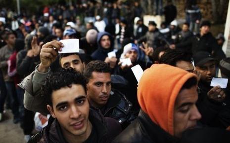 7678253534_des-migrans-tunisiens-le-14-fevrier-2011-a-lampedusa-en-italie