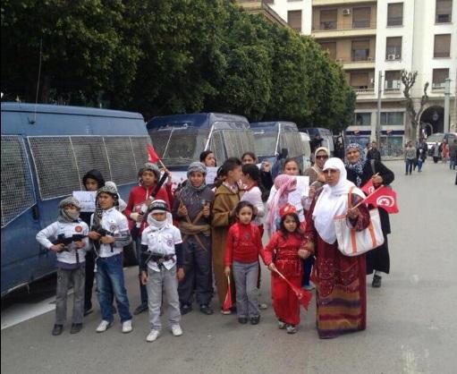 Des enfants portant des kalachnikovs, Av Bourguiba, 9 avril 2013 - photo (Delta News)