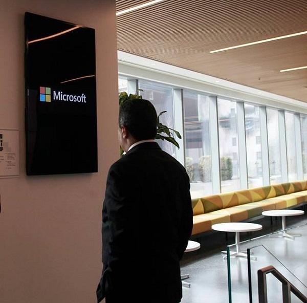 Mehdi Jomaa dans les locaux de Microsoft (crédit photo - Présidence du gouvernement)