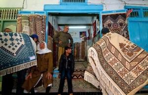 Vente aux enchres de tapis dans la medina de Kairouan