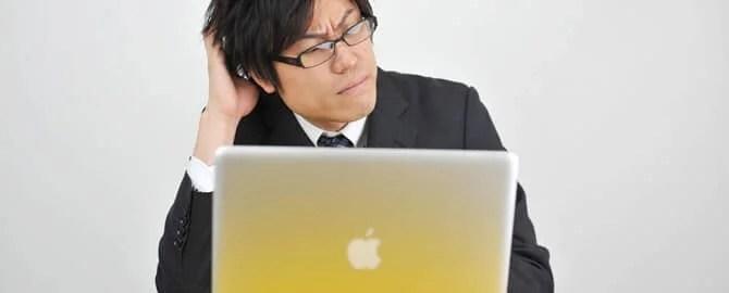 パソコンのトラブルで悩む男性