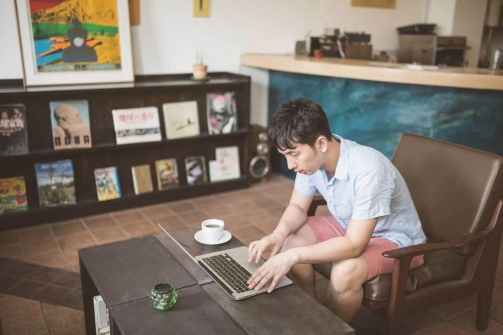 オシャレなカフェで作業をするノマドワーカー
