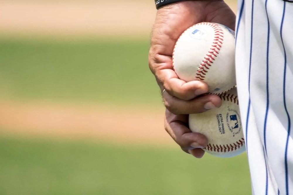 野球のピッチャーが持っているボール