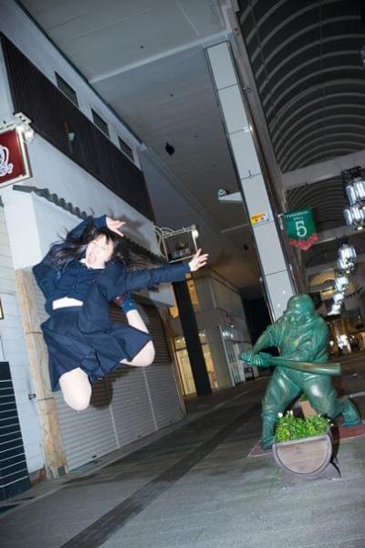 ドカベン山田太郎の銅像にケツバットされる「ケツバットガール!」