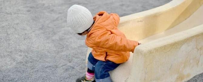 滑り台から降りる子供