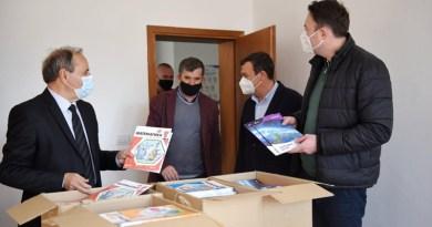 Демократскиот сојуз и Либерално-демократската партија донираа учебници за Македонците во Пустец