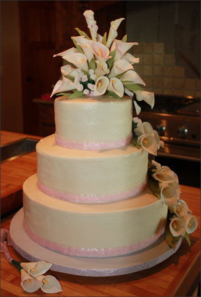 wedding cakes with roses and calla lilies calla wedding cake 2blue dogs 26105