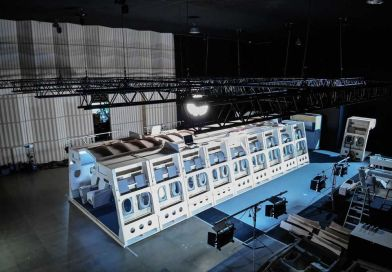 Vue extérieure du décor d'avion au studio du Grand Set à Colomiers. © Master Films