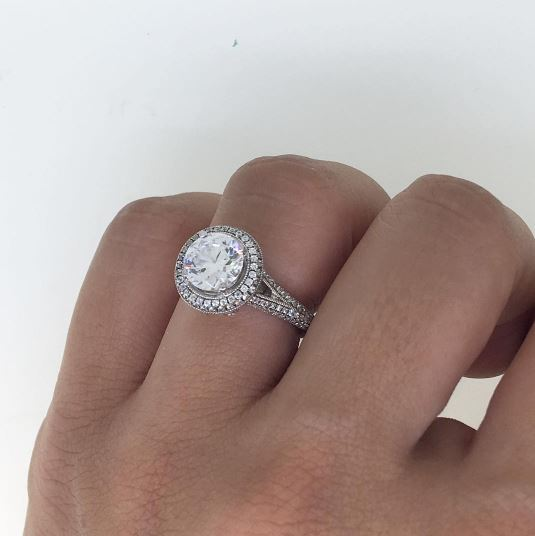 round cut diamond engagement ring