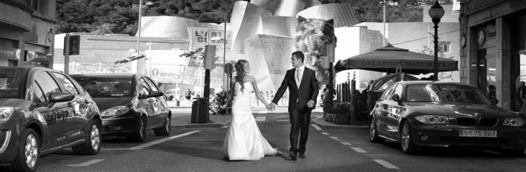 novios-pasean-bilbao-fotógrafo-bodas
