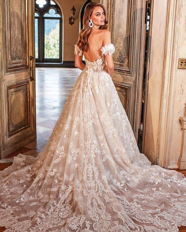 váy cưới trễ vai có đường ren với đoàn tàu đêm trước