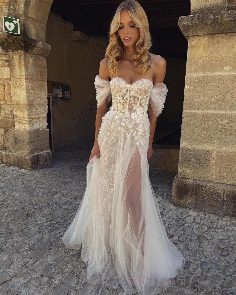 váy cưới lệch vai một dòng người yêu quây cổ áo lãng mạn bãi biển tomsebastien