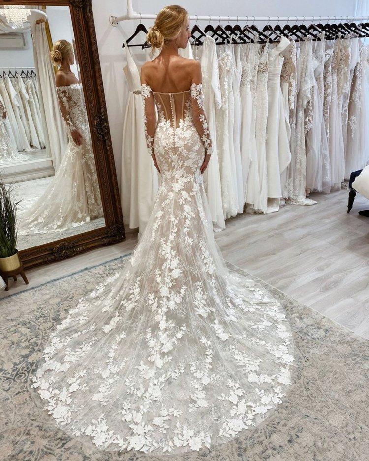váy cưới lệch vai vừa vặn và loe ra với tay áo ren enzoani