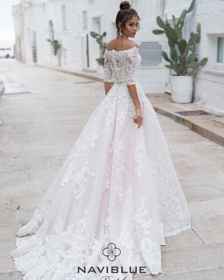 váy cưới lệch vai công chúa với tay áo ren hoa văn