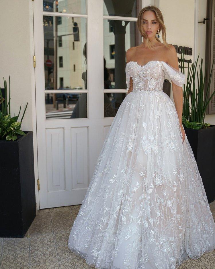 váy cưới lệch vai quây cổ ren galitrobinik