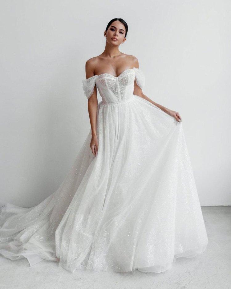 váy cưới lệch vai người yêu đường viền cổ áo lãng mạn evalendel