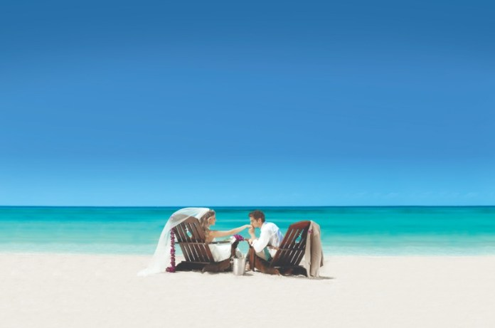 "destination-wedding-couple-beach-sandals ""width ="" 800 ""peak ="" 530 ""srcset ="" https://www.weddingideasmag.com/wp-content/uploads/2020/01/destination-wedding-couple-beach -sandals.jpg 800w, https://www.weddingideasmag.com/wp-content/uploads/2020/01/destination-wedding-couple-beach-sandals-300x199.jpg 300w, https://www.weddingideasmag.com /wp-content/uploads/2020/01/destination-wedding-couple-beach-sandals-768x509.jpg 768w, https://www.weddingideasmag.com/wp-content/uploads/2020/01/destination-wedding- couple-beach-sandals-650x431.jpg 650w ""sizes ="" (max-width: 800px) 100vw, 800px ""/></p data-recalc-dims="