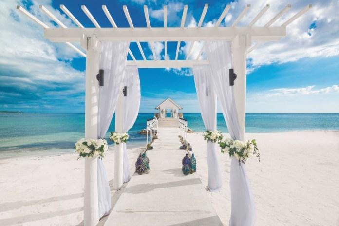 "planning-a-destination-wedding-sandals-ceremony ""width ="" 800 ""peak ="" 534 ""srcset ="" https://www.weddingideasmag.com/wp-content/uploads/2020/01/planning-a-destination -wedding-sandals-ceremony.jpg 800w, https://www.weddingideasmag.com/wp-content/uploads/2020/01/planning-a-destination-wedding-sandals-ceremony-300x200.jpg 300w, https: / /www.weddingideasmag.com/wp-content/uploads/2020/01/planning-a-destination-wedding-sandals-ceremony-768x513.jpg 768w, https://www.weddingideasmag.com/wp-content/uploads/ 2020/01 / planning-a-destination-wedding-sandals-ceremony-650x434.jpg 650w ""sizes ="" (max-width: 800px) 100vw, 800px ""/></p data-recalc-dims="