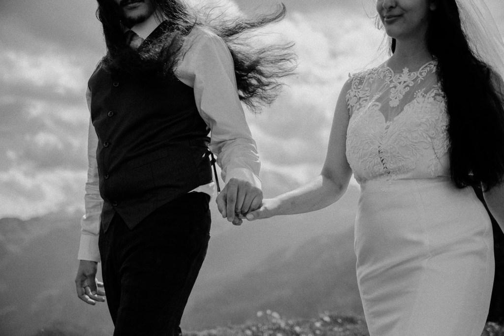 Hochzeitspaar was Händchen hält während das Durchbrennen