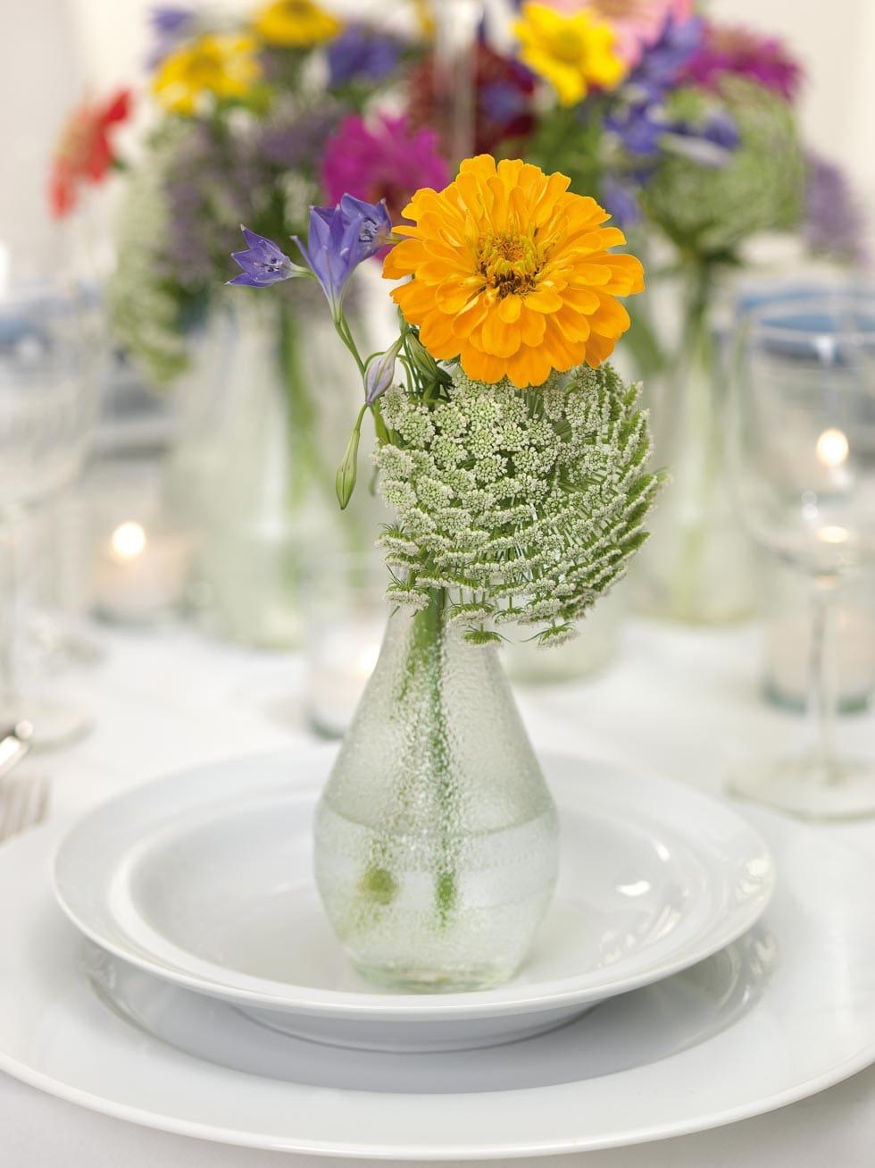 Eine Tischdekoration wie eine Blumenwiese