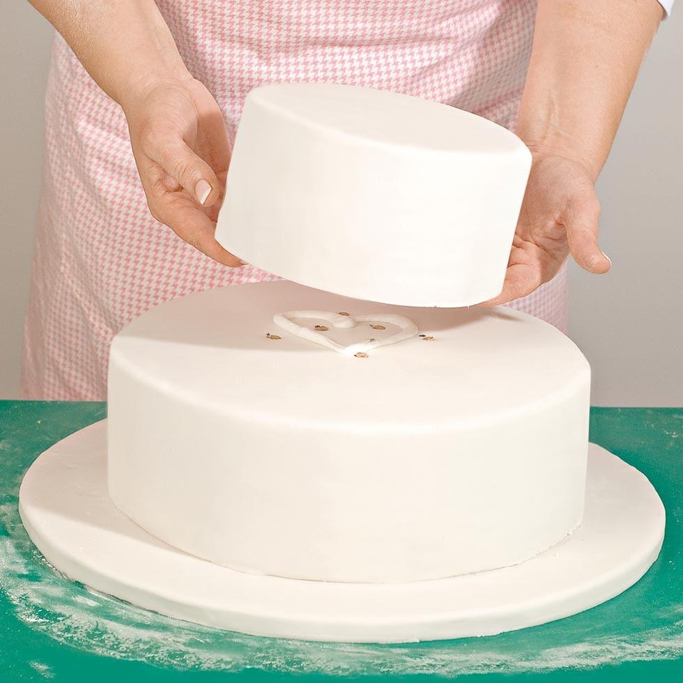 Anleitung Mehrstckige Hochzeitstorte bereinander stapeln