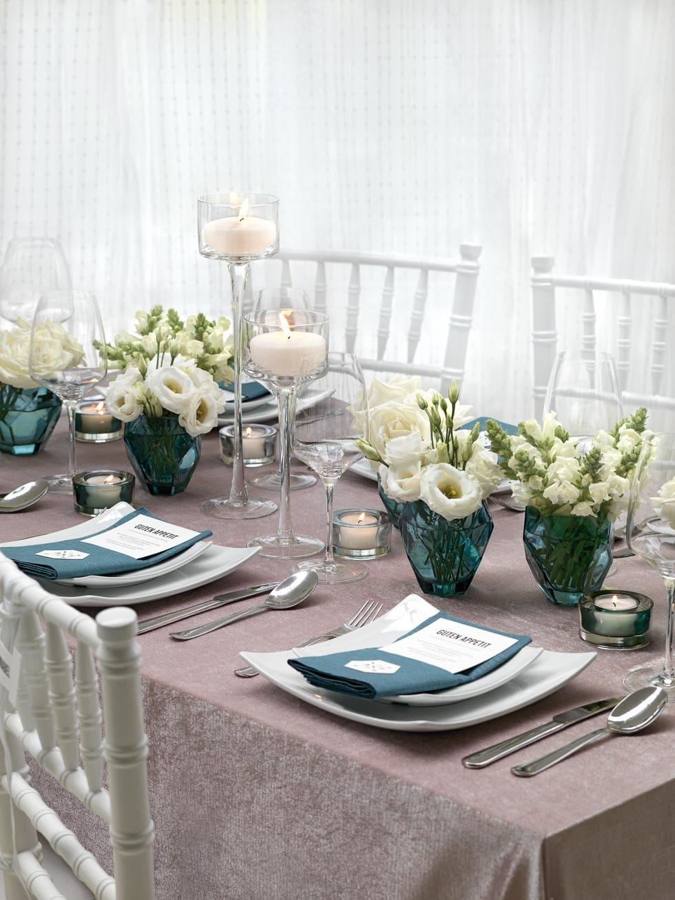 Tischdekoration mit trkisfarbenen Vasen