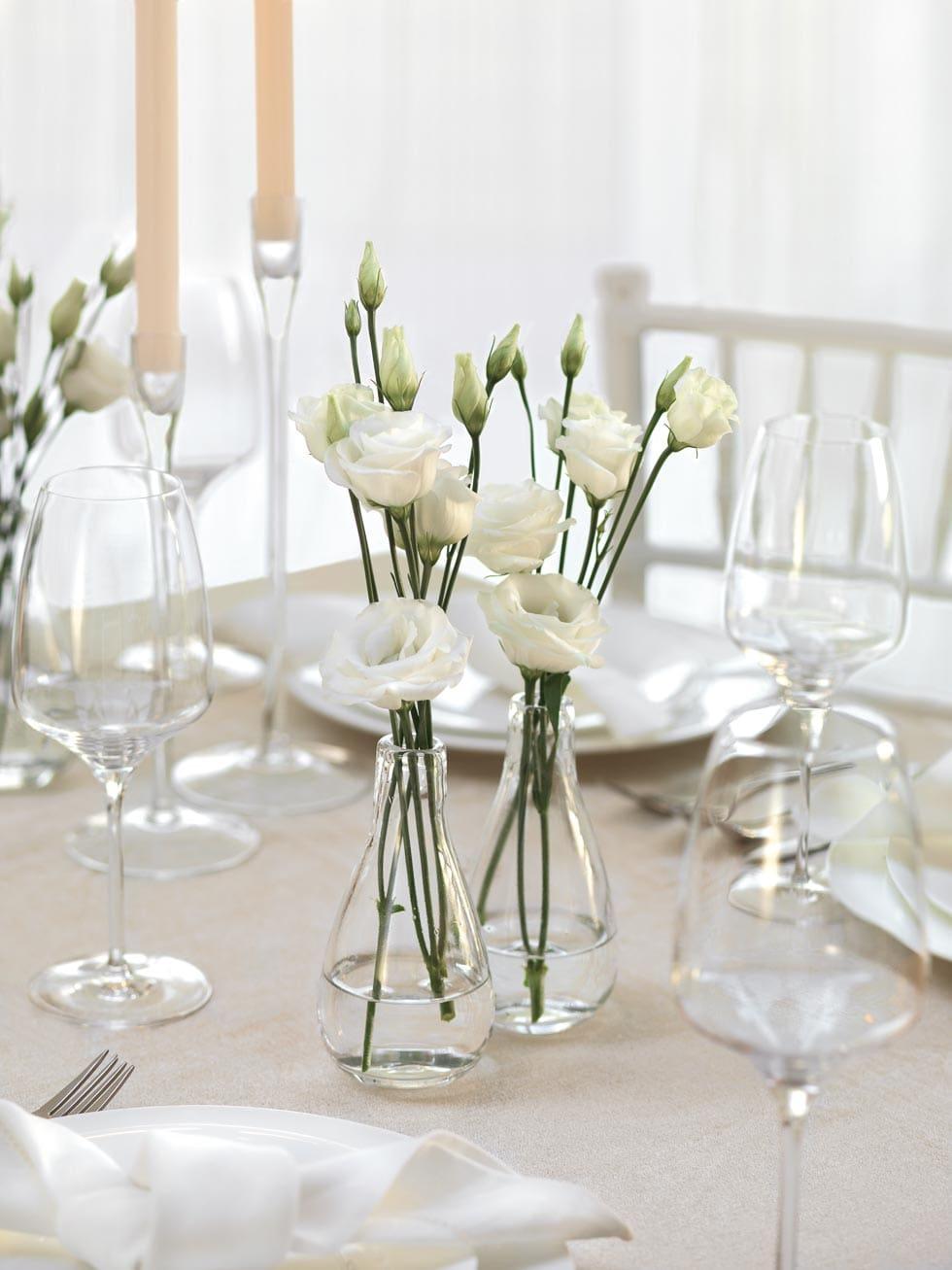 Tischdekoration mit Sukkulenten und kupferfarbenen Vasen