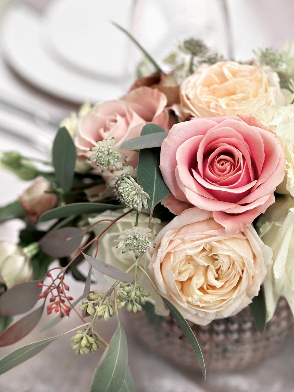 Tischdeko in Pastelltnen mit Rosen in Beige und Zartrosa