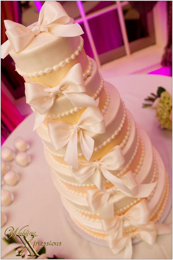 bows on wedding cake