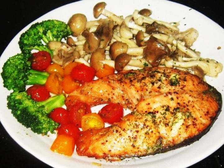 Baked Salmon With Mushrooms, Broccoli and Honey Cherry Tomatoes