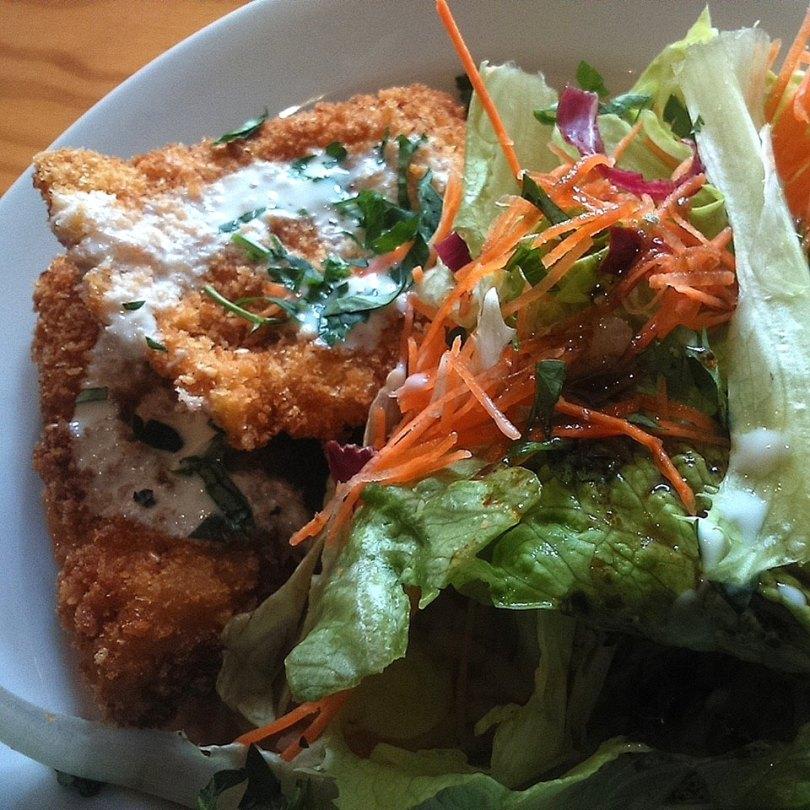 Filet de poisson panes et salade - restaurant Duas de Letra - Porto