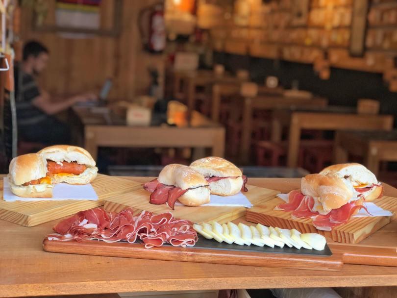 Sandwichs et planche de fromages et charcuteries chez Trigo de Cantos - Porto