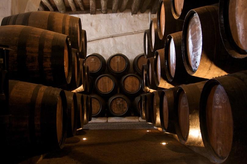 Tonneaux de vins de Porto dans les caves de Ramos Pinto