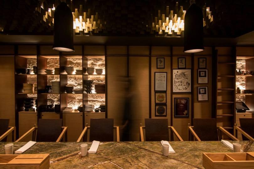 Comptoir et table du restaurant Euskalduna Studio - Cuisine ouverte - Porto