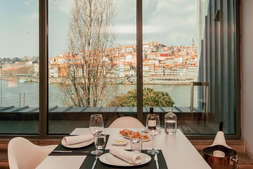 Table avec vue sur le Douro et Porto - restaurant DeCastro Gaia - Espace Porto Cruz