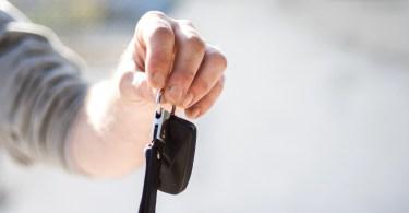 Cle de voiture tendue par une main