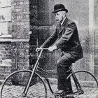 John Starley sur un bicycle de sécurité