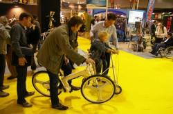 Un visiteur teste le IF Mode en présence du boss de Strida France
