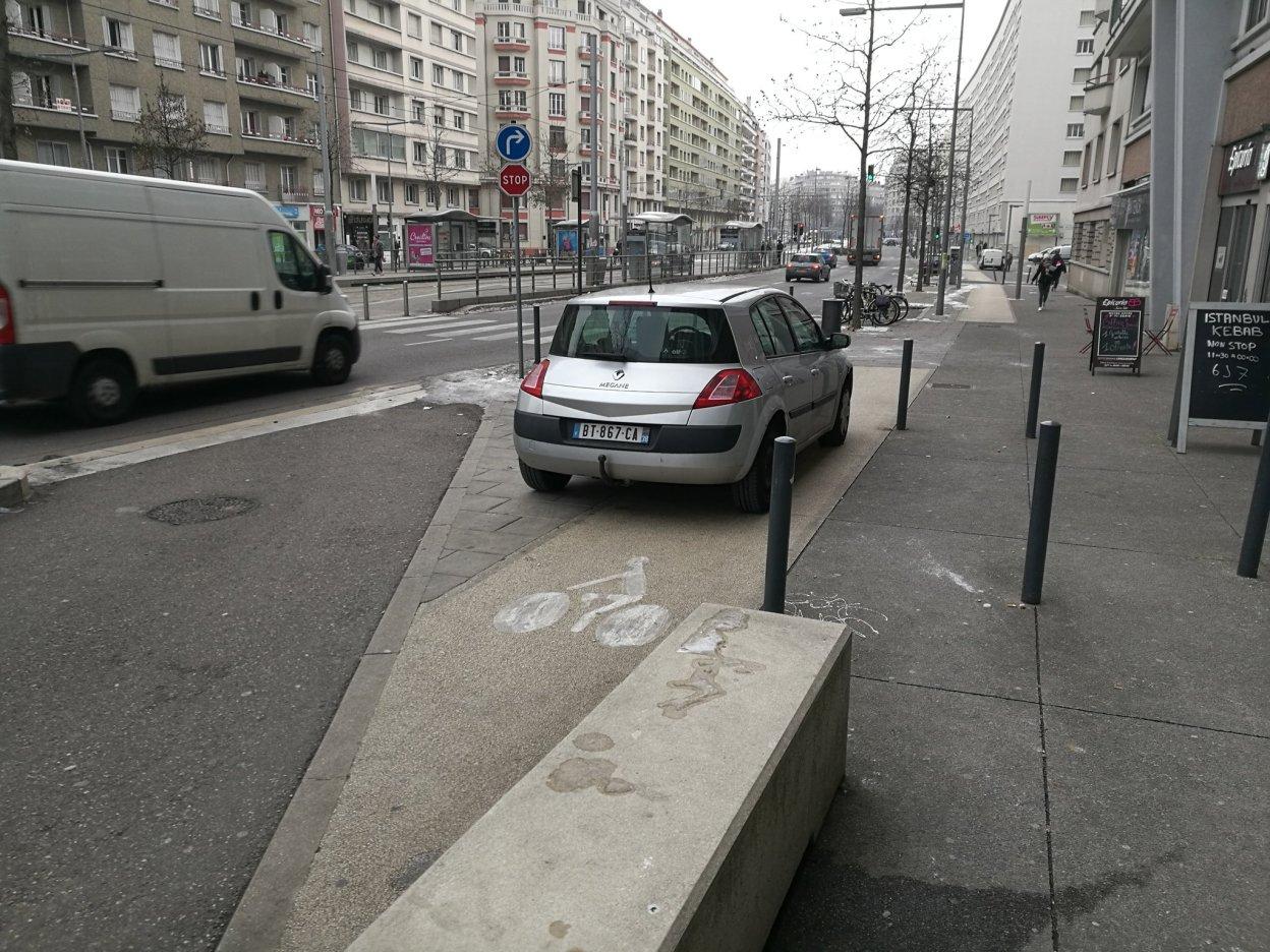 Les pistes cyclables désormais autorisées au stationnement automobile